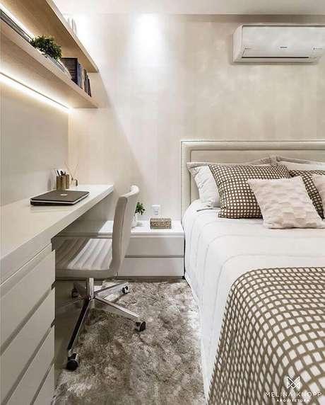 3. Decoração sofisticada em cores neutras com home office no quarto de casal. Foto: Dicas de Mulher