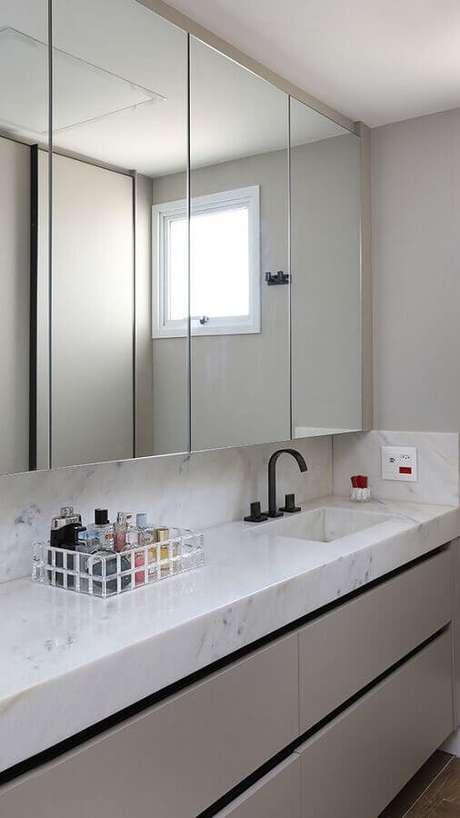 35. Decoração sofisticada com bancada de mármore e espelheira grande para banheiro – Foto Revista Habitare