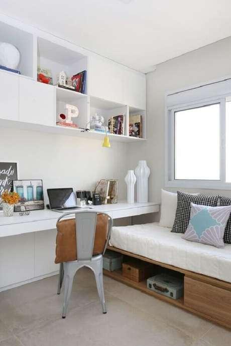 40. Decoração simples com home office no quarto branco planejado. Foto: Histórias de Casa