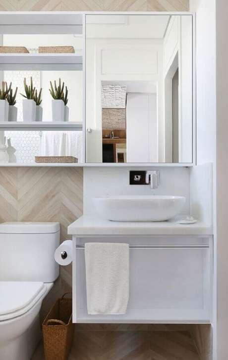 26. Decoração com revestimento na cor de madeira clara e gabinete para banheiro com espelheira – Foto Houzz