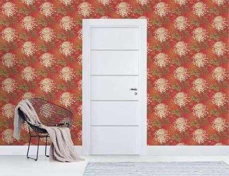 26. Sala com papel de parede vermelho e porta branca – Foto Pormade