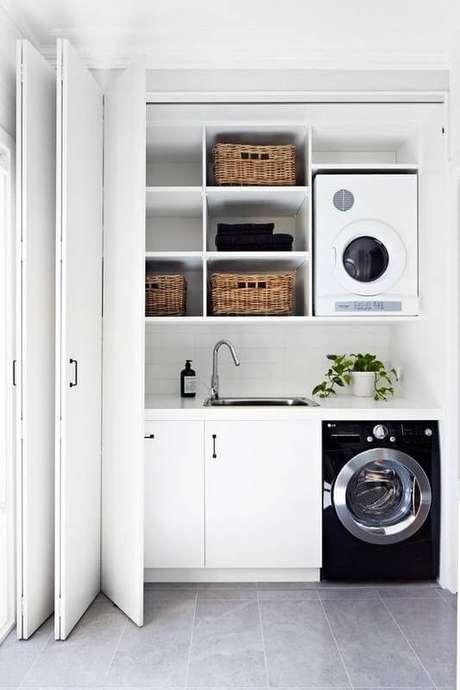 39. Lavanderia escondida por porta branca sanfonada – Foto Domino Magazine