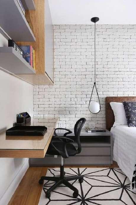 1. Bancada suspensa para home office no quarto moderno decorado com parede tijolinho branco. Foto: Zuleide Borges