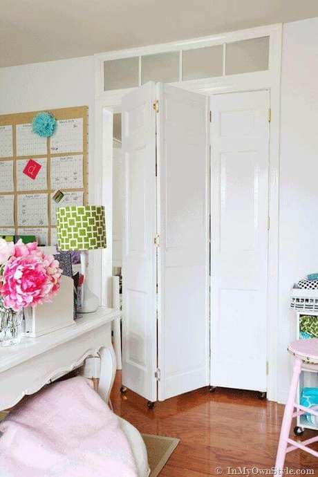 25. Porta para escritório branca sanfonada de madeira – Foto In My Own Style