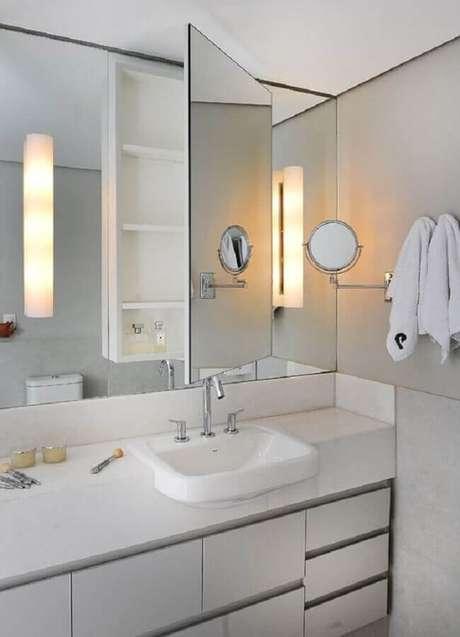 27. Decoração de banheiro branco com espelheira e gabinete planejado – Foto Tango Arquitetura