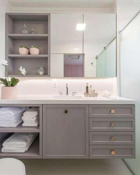 36. Decoração sofisticada com espelheira para banheiro cinza – Foto Pinterest