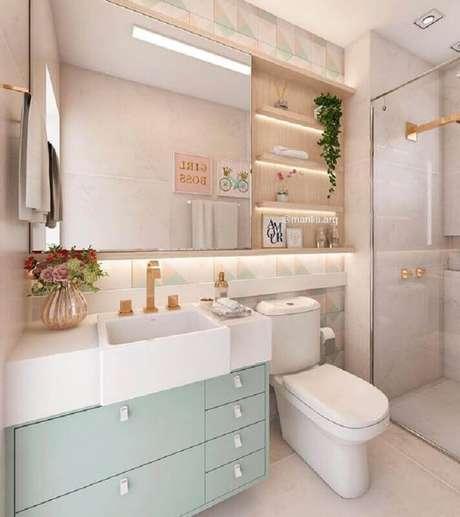 32. Decoração em tons pastéis com espelheira para banheiro com prateleira – Foto Dicas de Mulher