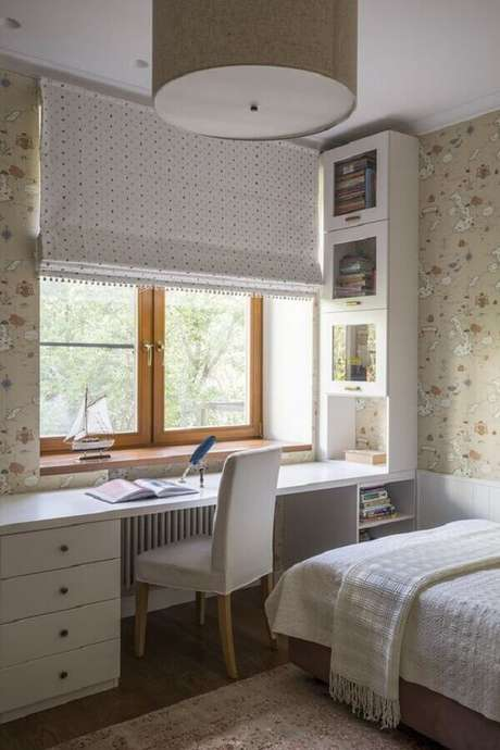 59. Papel de parede para decoração de home office no quarto de solteiro planejado. Foto: Jeito de Casa