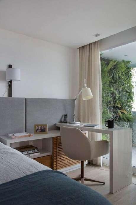 23. Home office no quarto de casal moderno decorado em tons de cinza. Foto: Histórias de Casa