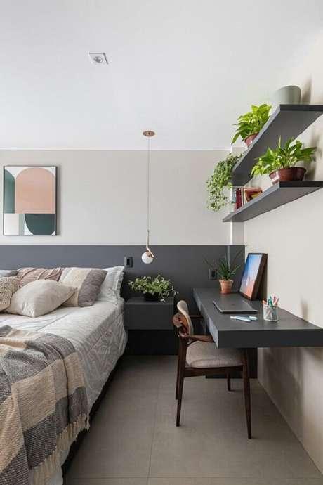6. Decoração em tons de cinza com home office no quarto de casal amplo e moderno. Foto: Histórias de Casa