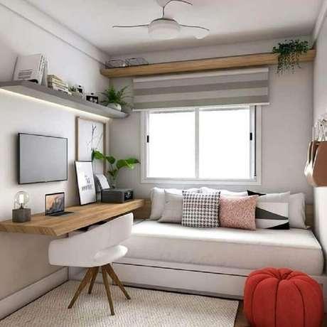 54. Decoração com bancada de madeira para home office no quarto pequeno de solteiro. Foto: Arkpad