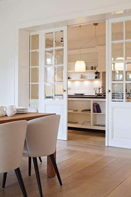17. Porta de correr branca para dividir cozinha da sala de jantar moderna – Foto Hoog Design