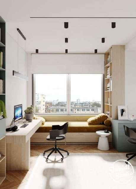 53. Decoração clean com home office no quarto planejado com bancada de madeira. Foto: Behance