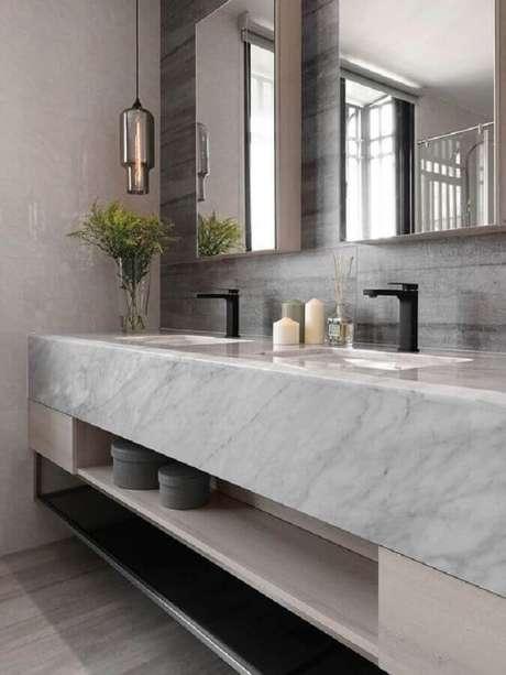 17. Bancada de mármore para banheiro moderno decorado com luminária de vidro – Foto The Architects Diary