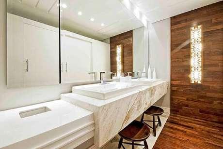 3. Bancada de mármore branco para decoração de banheiro amadeirado – Foto Pinterest