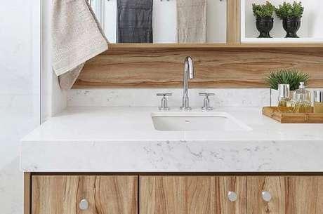 9. Bancada de mármore branco para decoração de banheiro com gabinete de madeira – Foto Pinterest
