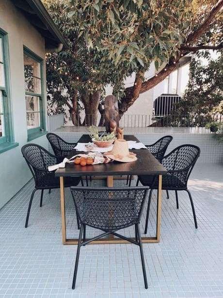 58. Mesa para área externa com cadeiras pretas e modernas – Foto Target