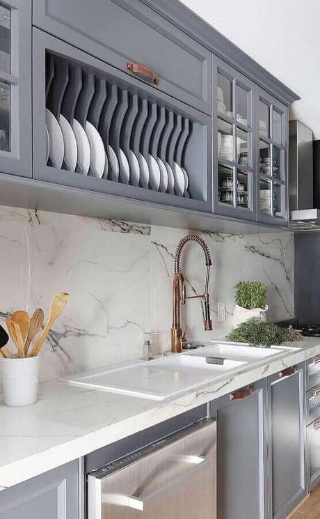 23. Bancada de mármore para cozinha cinza decorada com estilo clássico – Foto Apartment Therapy