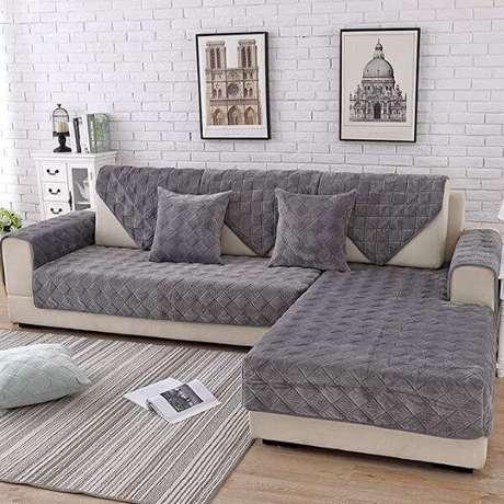 24. Sala com capa de sofá cinza, mas você também pode usar a capa de sofá preta – Foto Pinterest