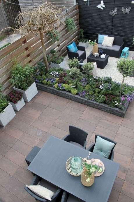 23. Área externa decorada com mesas e cadeiras confortáveis – Foto Studio Pegasus