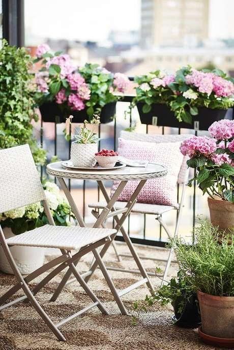 2. Jardim com mesa para área externa branca – Foto Hemnet