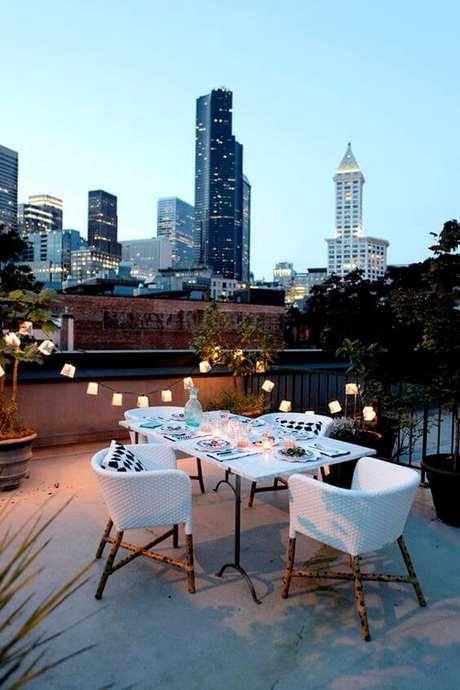 9. Terraço com mesa e cadeiras modernas – Foto Cocokelley