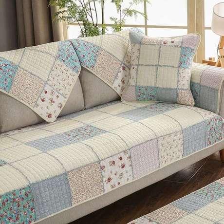 10. Capa de sofá estilo patchwork com tons de azul – Foto Amazon