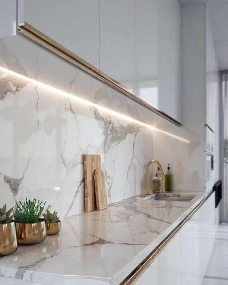 47. Decoração de cozinha branca com pedra de mármore para bancada – Foto Pinterest