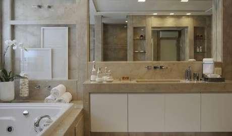 19. Bancada de mármore para banheiro planejado com banheira -Foto Claudia F. Arquitetura
