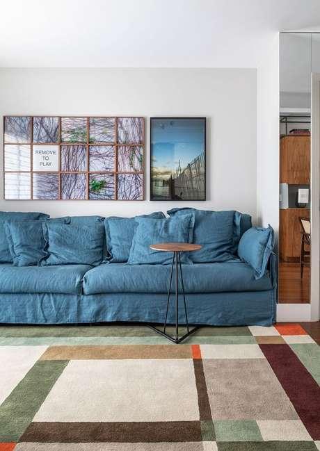 27. Sala moderna com capa de sofá azul – Foto Casa de Valentina