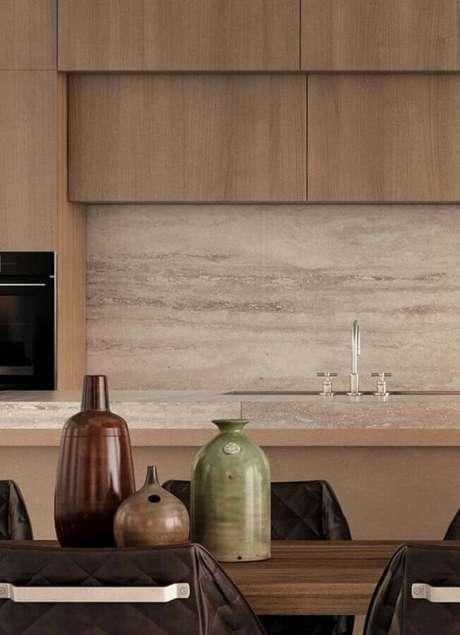 49. Decoração em cores neutras com bancada de mármore para cozinha amadeirada – Foto Behance