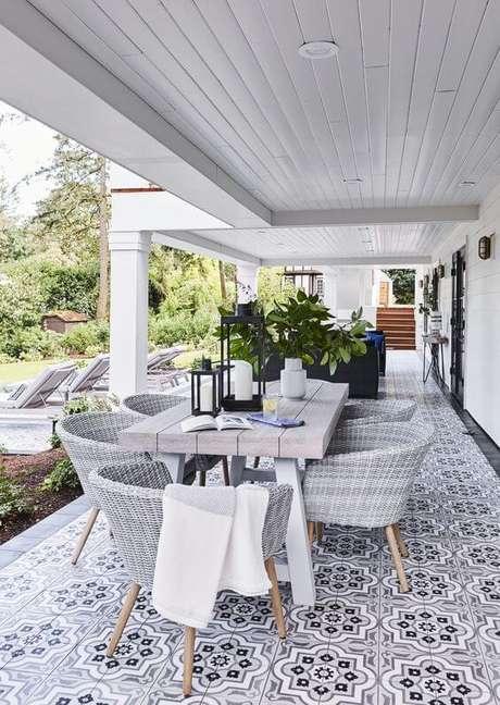 49. Mesa para área externa e varanda – Foto Style by Emily Henderson