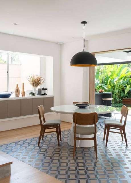 16. Mesa de jantar redonda para varanda moderna – Foto Casa de Valentina
