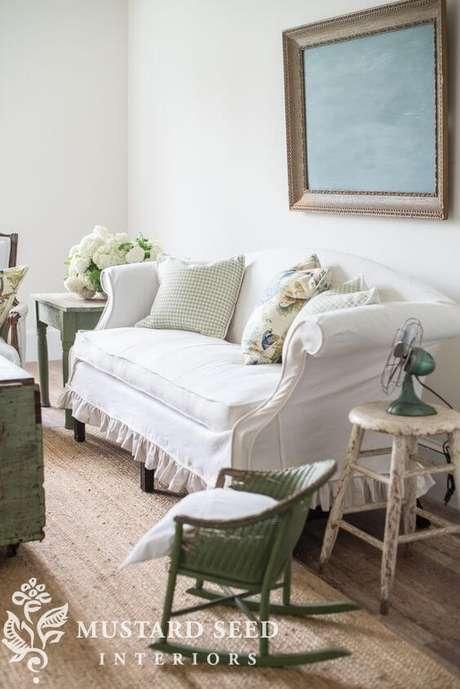 29. Sala vintage com capa de sofá branca – Foto Miss mustard Seed