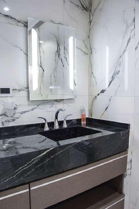 26. Bancada de mármore preto para decoração de banheiro – Foto Portal de Arquitectos