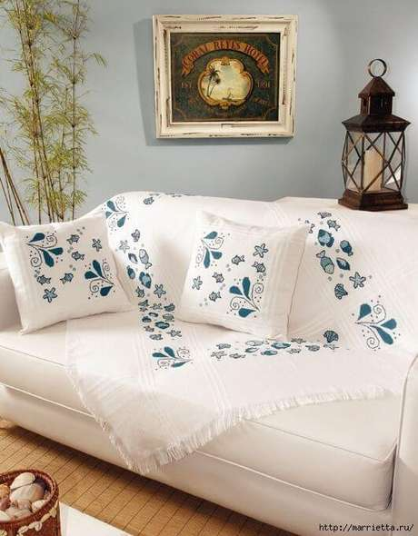1. Capa de sofá branca com detalhes em azul – Foto Marrietta