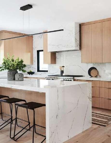 2. Bancada de mármore branco para decoração de cozinha de madeira planejada – Foto Behance