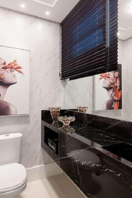 45. Decoração de banheiro pequeno com bancada de mármore preto – Foto Pinterest