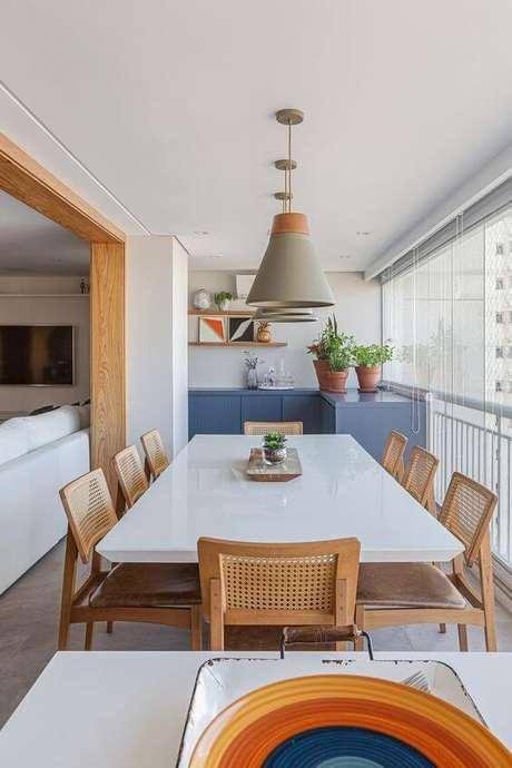 26. Varanda gourmet com mesa de jantar ampla – Foto Pinerest