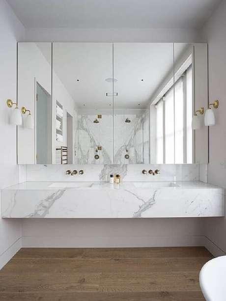 14. Bancada de mármore para banheiro branco decorado com arandela de parede – Foto Arkpad
