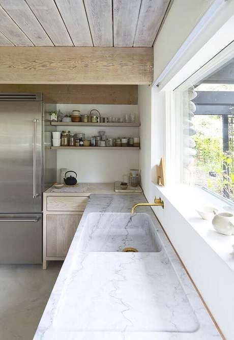 10. Bancada de mármore branco para decoração de cozinha com detalhes rústicos – Foto Pinterest