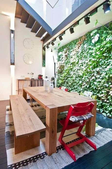 17. Mesa de madeira com banco e cadeira vermelha – Foto One Kin Design