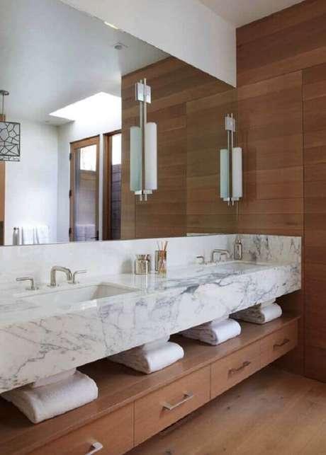 20. Bancada de mármore para banheiro planejado com detalhes em madeira – Foto One Kindesign