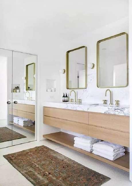 28. Banheiro branco decorado com bancada de mármore branco para gabinete de madeira planejado – Foto MyDomaine