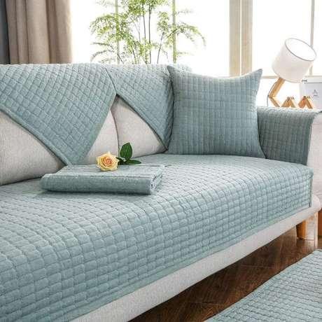 32. Sofá cinza com capa azul claro – Foto Amazon
