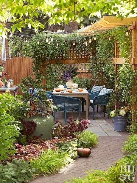 21. Jardim decorado com mesa para área externa – Foto BHG