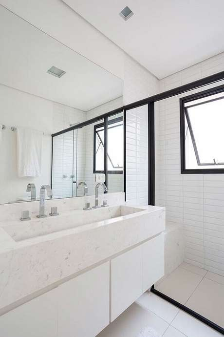 43. Decoração de banheiro branco com bancada de mármore – Foto Pinterest