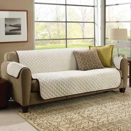 25. Sala clássica com sofá marrom e capa bege – Foto Pinterest