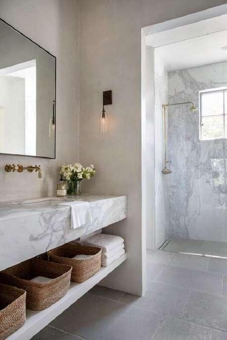 15. Bancada de mármore para banheiro decorado com arandela de parede – Foto Archilovers