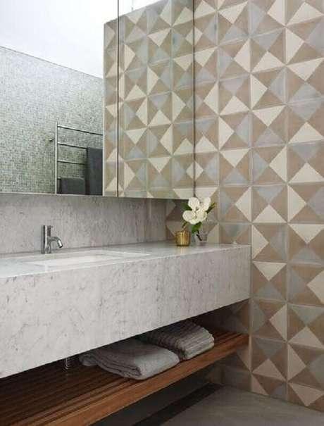 16. Bancada de mármore para banheiro decorado com revestimento geométrico – Foto Houzz
